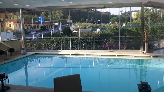 Poggio Hotel: Piscina interna -vista durante la colazione bellissimo