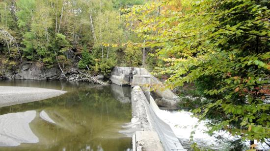 ‪‪Parc de la Gorge de Coaticook‬: Weir on River‬