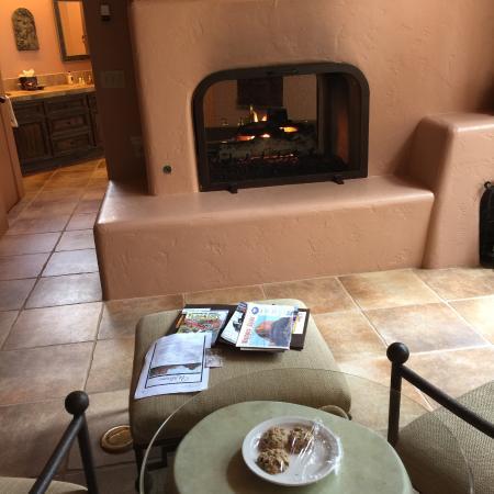 Adobe Village Inn: Sitting area and freshly baked cookies