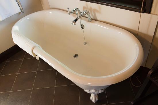 Ardeonaig Hotel: lovely bath!