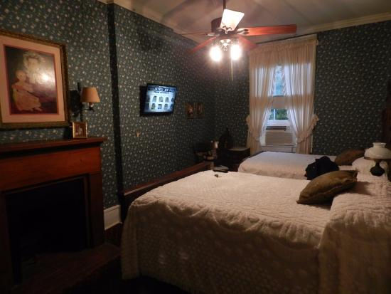 Jefferson, TX: Room with two double beds