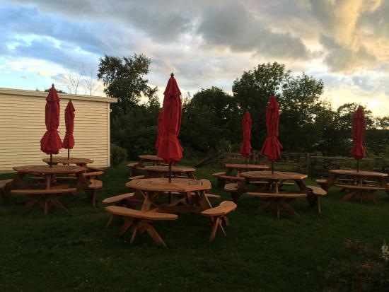 Egg Harbor, Ουισκόνσιν: Outside seating area at Casey's BBQ, with a view of the water through the trees