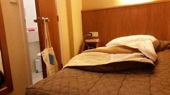Orchard Hotel: Habitación zulo y toalla rota
