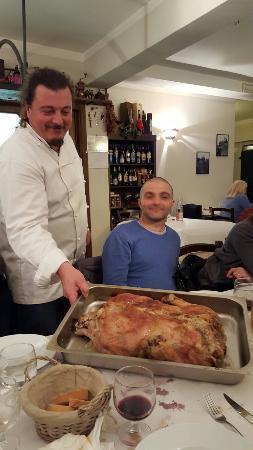 La Stallaccia : Lo chef Adriano. Il piatto è servito. Tacchina ripiena di castagne.