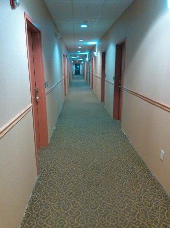Econo Lodge : Hallway on ground floor looking toward the East