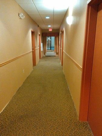 Econo Lodge : Hallway on ground floor looking toward the West