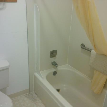 Anacortes Inn: Tub/Shower - Very Clean