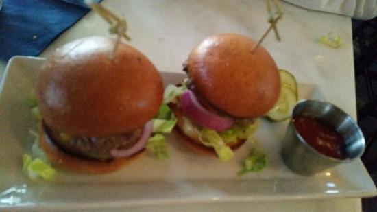 Wayzata, MN: cov sliders, no fries, low quality beef