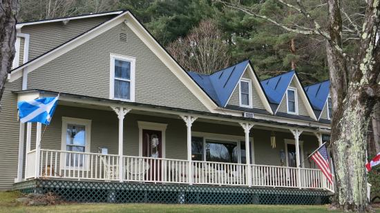 Warren, VT: Side view of the B&B. It is surrounded by tall trees.