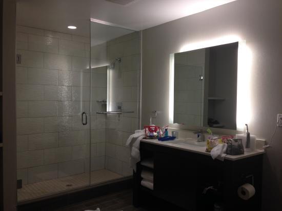เมนโลพาร์ก, แคลิฟอร์เนีย: Roomy bathroom.