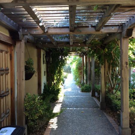 The Casitas of Arroyo Grande: Walkway