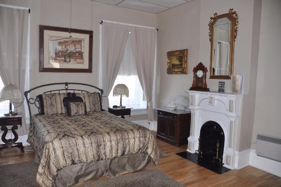 Express St. James Hotel: Historic bedroom