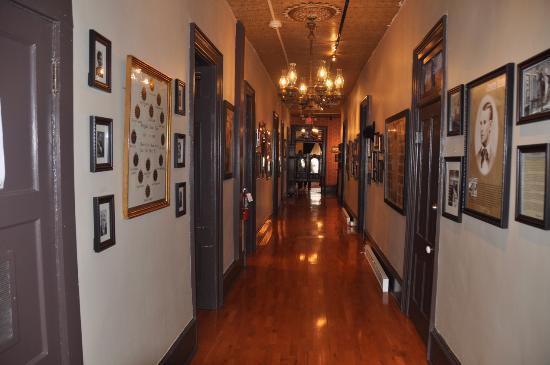 Express St. James Hotel: Historic hallway