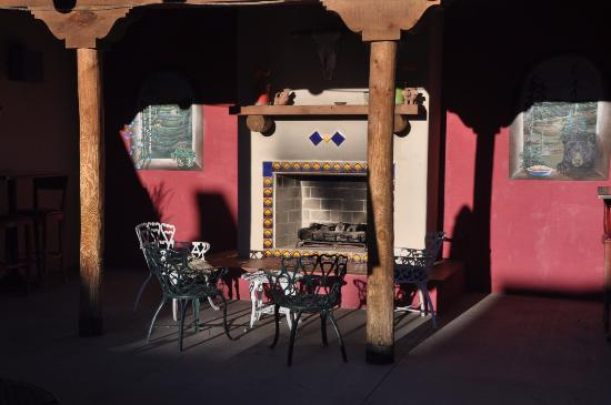Express St. James Hotel: Outdoor fireplace