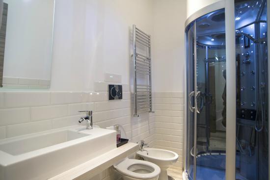 Box doccia idromassaggio con musica e luci al led foto di relais