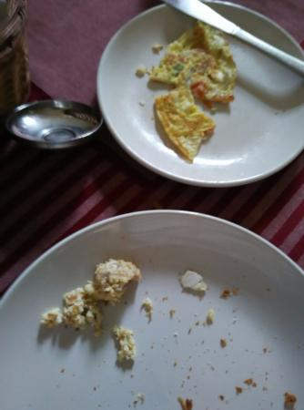 Casamaria Beach Resort : Egg shells in the omelette