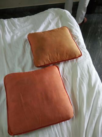 Casamaria Beach Resort: Dirty cushion pillows