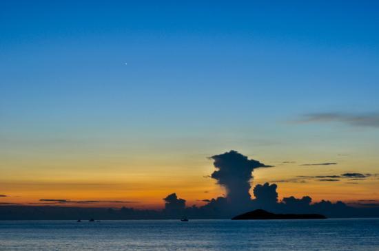 Playa Blanca, Panamá: Amanecer en la playa frente al Hostel