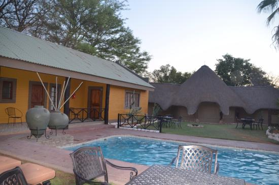 Auob Country Lodge: Lodge und Pool