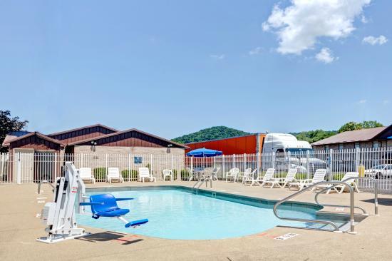 Days Inn Charleston East: Outdoor Pool