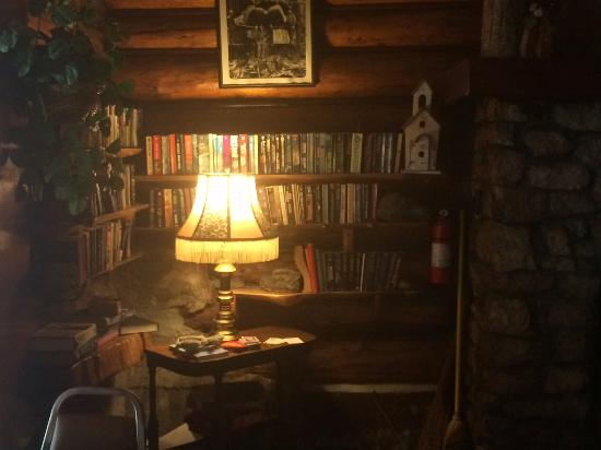 Patrick Creek Lodge and Historical Inn: Library