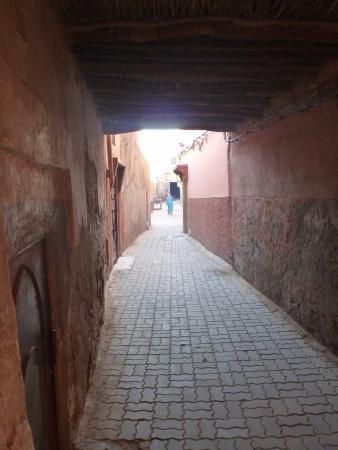 Riad Sable Chaud: Alley leading to Riad