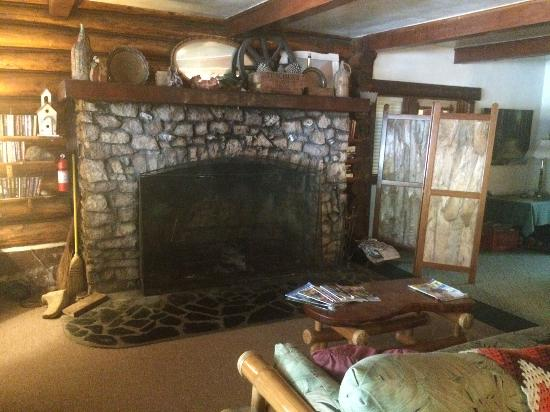 Patrick Creek Lodge and Historical Inn: Fire Place