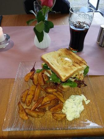 Ishoej, Danemark : Lækker clubsandwich - brødet er udhulet til blommen fra spejlægget :-)