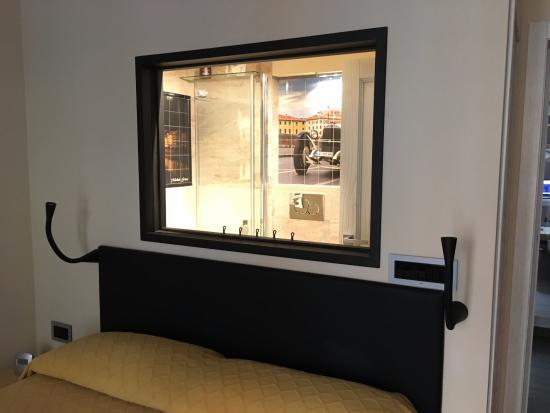 Michele Guest House : Vetro con vista all'interno del bagno
