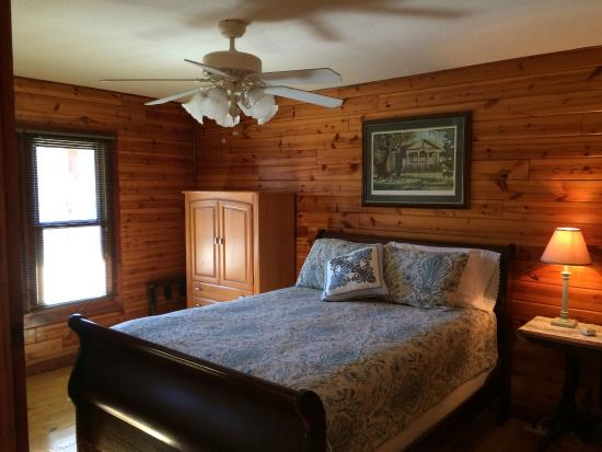 Fair Winds Cabins: Comfy Queen Bed