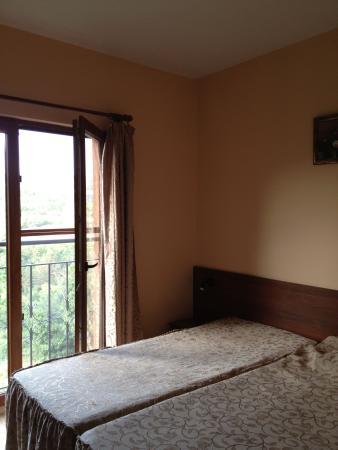 Hotel Lucky: Кровать большая и удобная, вид из окна чудесный!