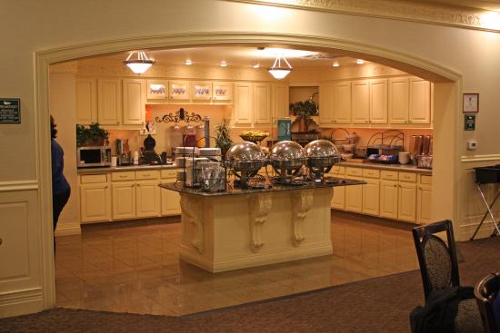 Homewood Suites Hagerstown: breakfast serving area