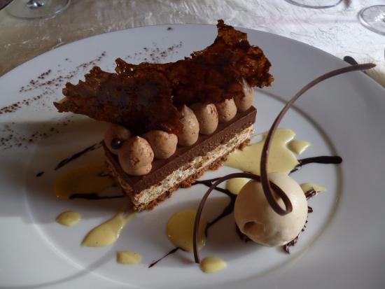 Saint Patrice, Frankreich: Croque noisette au crémeux de chocolat et praliné croustillant, glace aux fèves Tonka