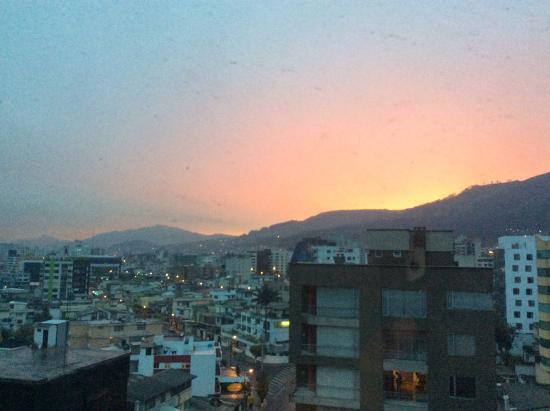 Howard Johnson Hotel Quito: Atardecer en Quito desde la habitación del hotel.