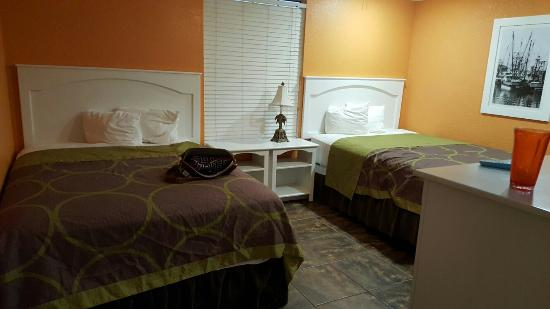 Super 8 South Padre Island: 2 queen/1king suite