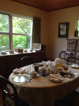 Awapiriti Lodge : Table set for breakfast - beautiful