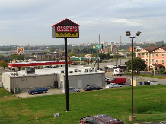 Red Roof Inn Cedar Rapids: View from room: gas station and chemical works