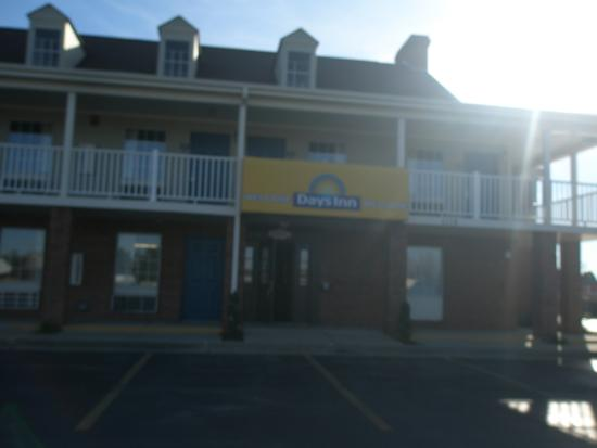 Days Inn by Wyndham Auburn: Outside view