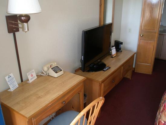 Days Inn by Wyndham Auburn: Desk and TV