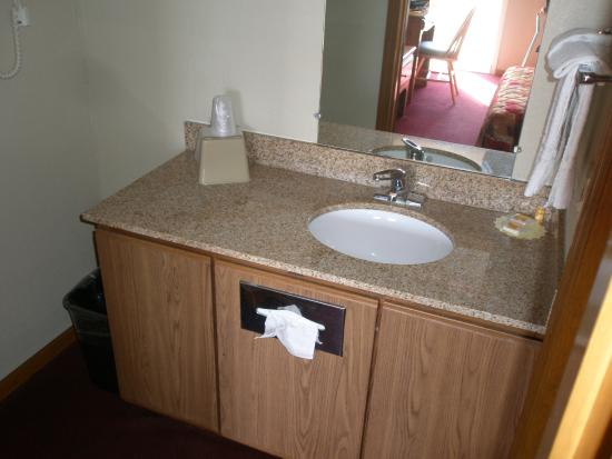 Days Inn by Wyndham Auburn: Bathroom Sink which is outside shower and toilet room