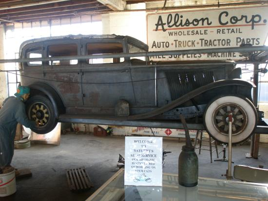 Car And Truck Shop >> Old Car Repair Shop Display Kuva National Automotive And