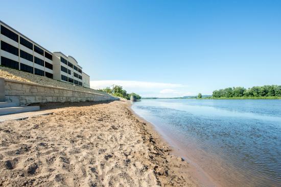 Baymont Inn & Suites Bellevue: Riverside View