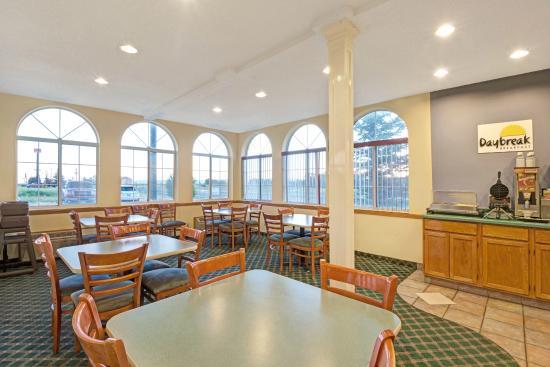 Days Inn Laramie: Breakfast Area Seating