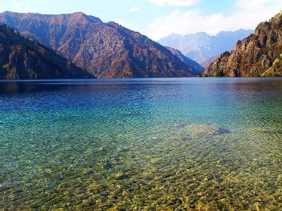 สาธารณรัฐคีร์กีซ: Горное озеро в Киргизии