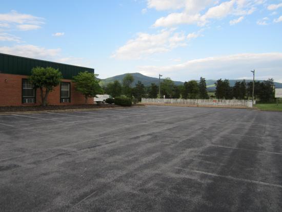 Days Inn Luray Shenandoah: Parking lot view