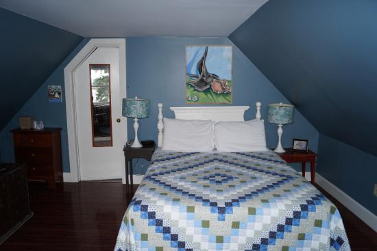 Guysborough, Canadá: Queen sized bed in our room (Captain's Quarter).