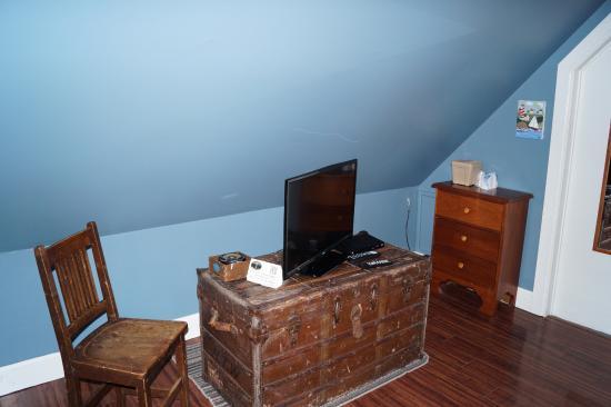 "Guysborough, Canadá: Flatscreen tv on a rustic ""treasure chest""."
