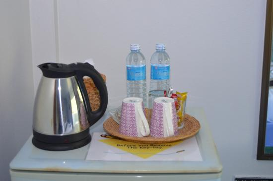 Seabreeze Inn: Free water and coffee & tea in room