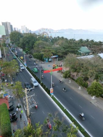 Viet Ha Hotel : вид на улицу, набережную