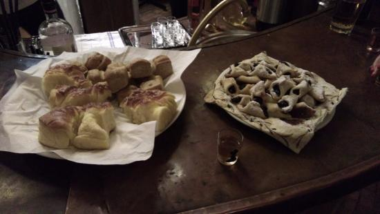 "Morahalom, Hungría: Evening snacks to accompany traditional ""Palinka"" aperitifs"